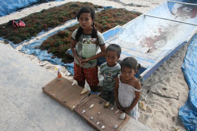 bali children nusa lembongang selling shells