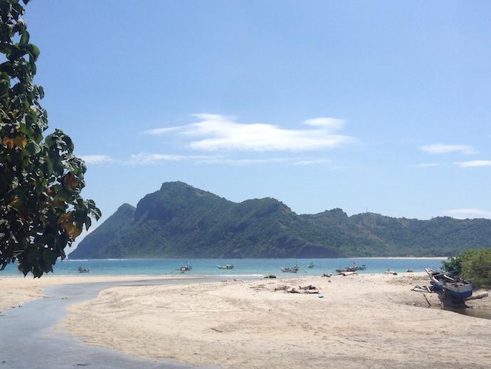 beach in Maluk bay